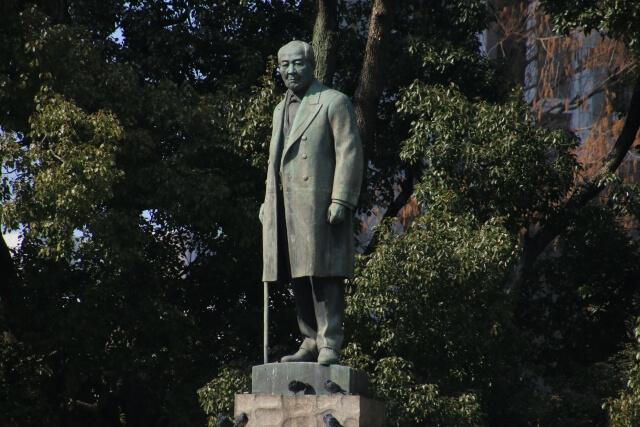 論語の教えを実践した渋沢栄一の像