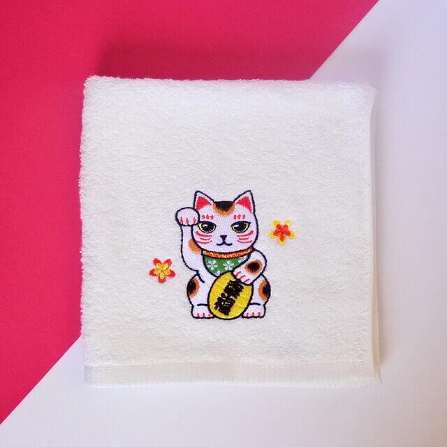 招き猫の刺繍が施されたハンドタオル by コイトネコ
