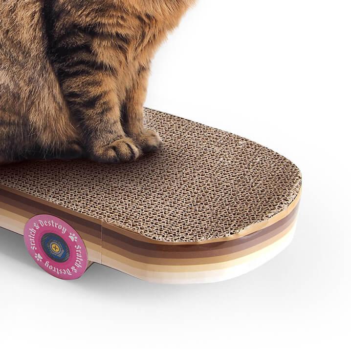 スケートボードのデッキ部分が爪とぎになっている「Cat Scratch Skateboard」