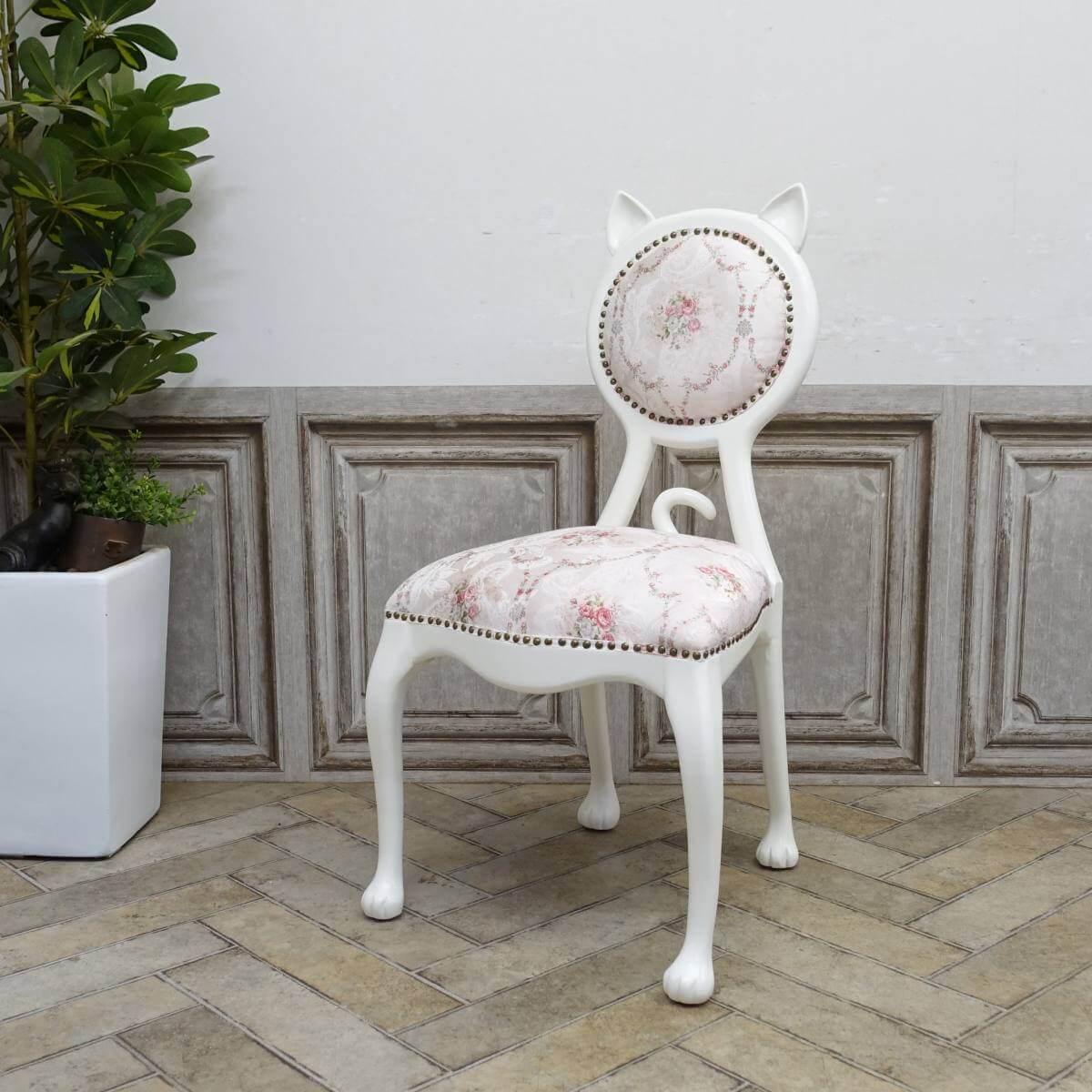 猫の形をしたアンティーク調の椅子「キャットチェア(Cat Chair)」斜め前から見たイメージ
