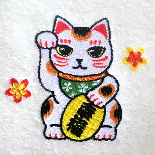 ハンドタオルに施された招き猫の刺繍
