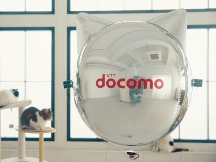 猫も遊べるネコ型ドローンをドコモが開発!飛行船のように屋内を移動できる「にゃろーん」