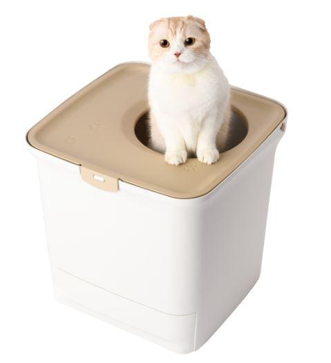 アイリスオーヤマが発売した縦型・箱型タイプの猫トイレ「猫用システムトイレ」猫による使用イメージ