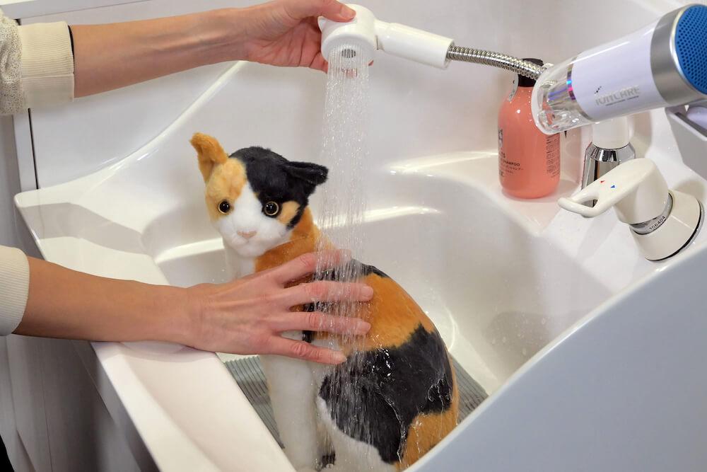 猫専用ユニットバス「ネコレット」のシャンプーシンクで猫を洗うイメージ
