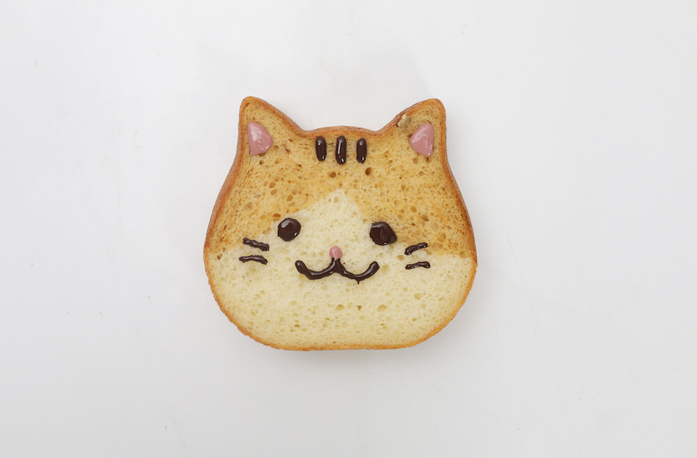 チョコペンでデコレートした「ねこねこ食パン にゃらん」 by 東京ねこねこ