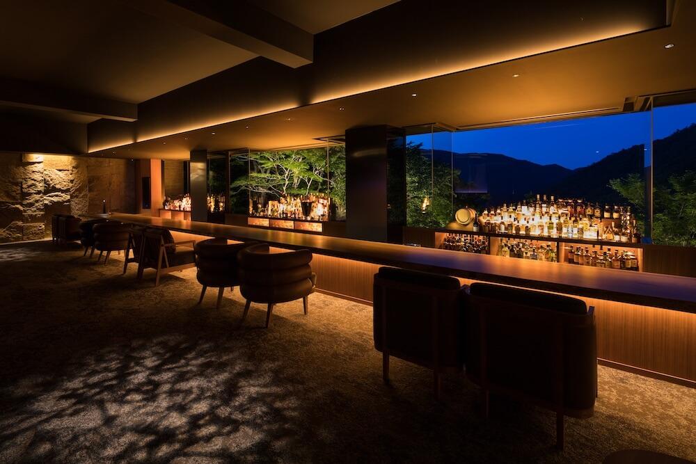 箱根の隠れ家ホテル「bar hotel 箱根香山(はこねかざん)」の店内バースペース