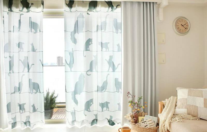 猫のシルエット柄レースカーテン「ミャウミャウ」を部屋に飾ったイメージ