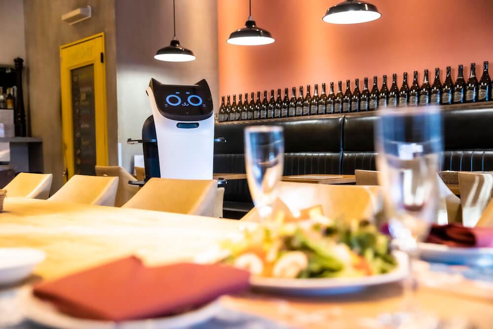 ネコ型配膳ロボット「BellaBot(ベラボット)」が実際に料理を運ぶイメージ