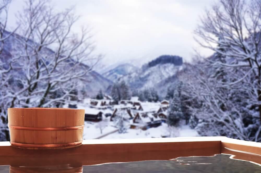 旅館の露天風呂から見た雪山の景色イメージ写真