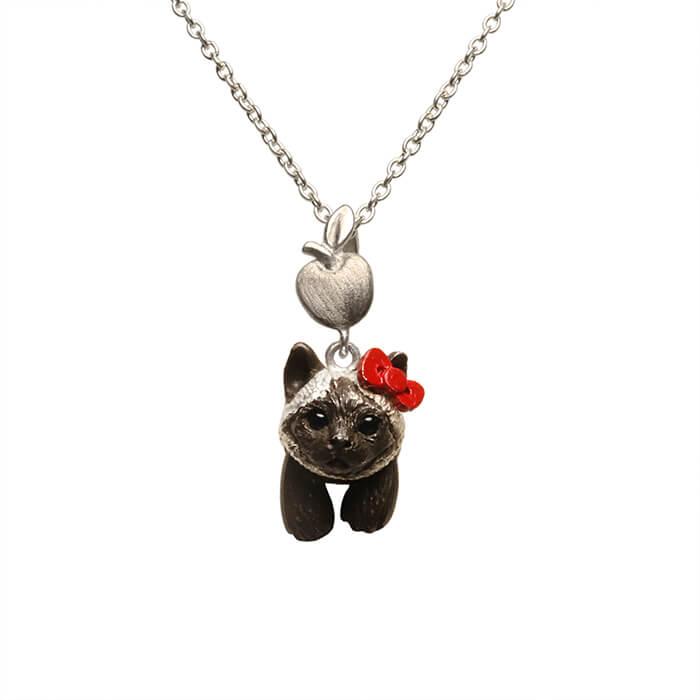 ハローキティの赤リボンを着けたシャム猫モチーフのネックレス「HELLO KITTY × ジャム猫 NECKLACE」製品イメージ