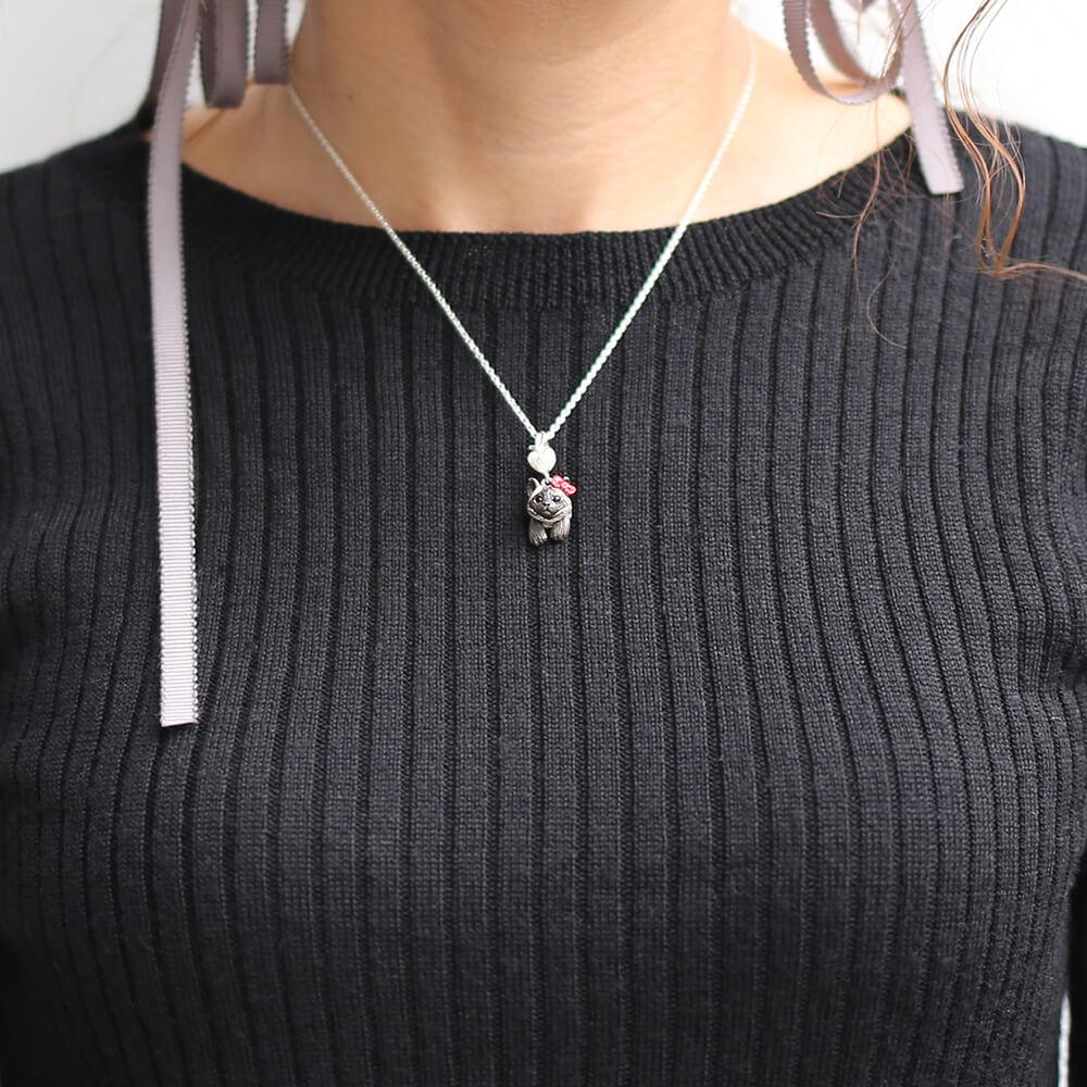 ハローキティの赤リボンを着けたシャム猫モチーフのネックレス「HELLO KITTY × ジャム猫 NECKLACE」装着イメージ