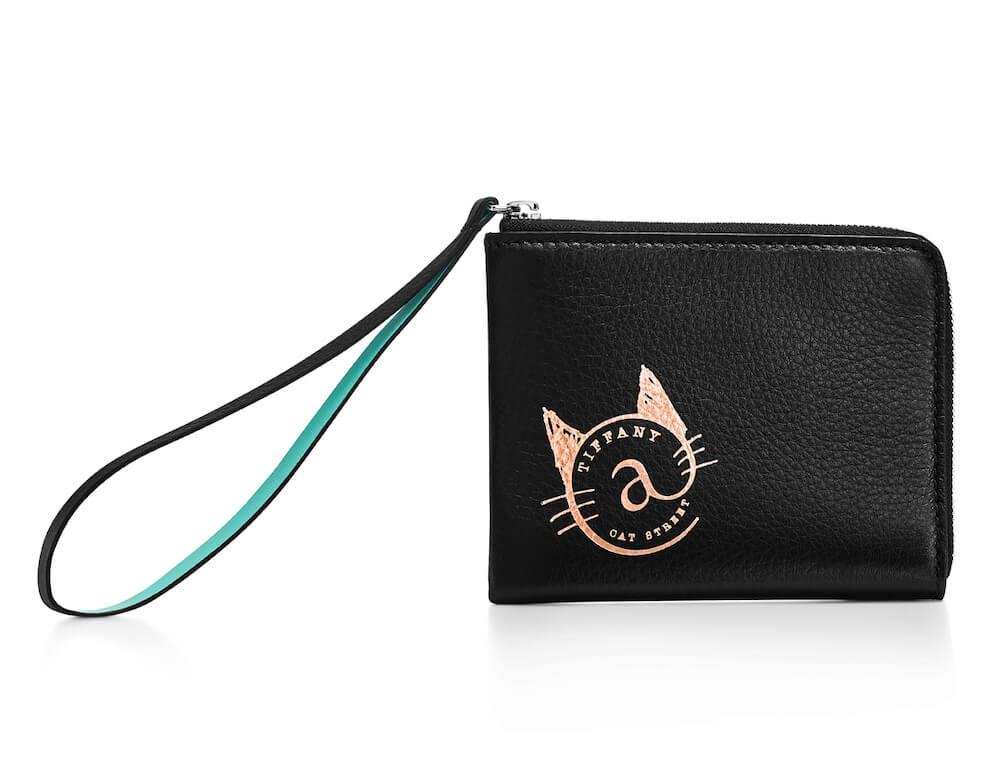 猫のロゴがデザインされたブラックレザーの「コインポーチ」 by ティファニー