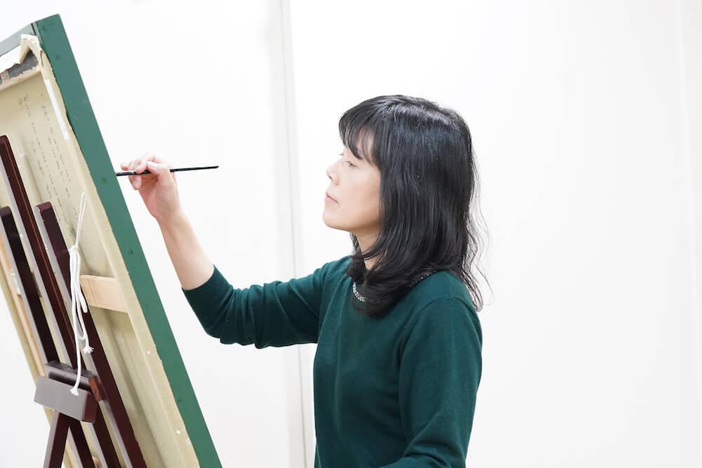 擬人化した猫の絵を描く画家・田嶋香里さんの制作風景