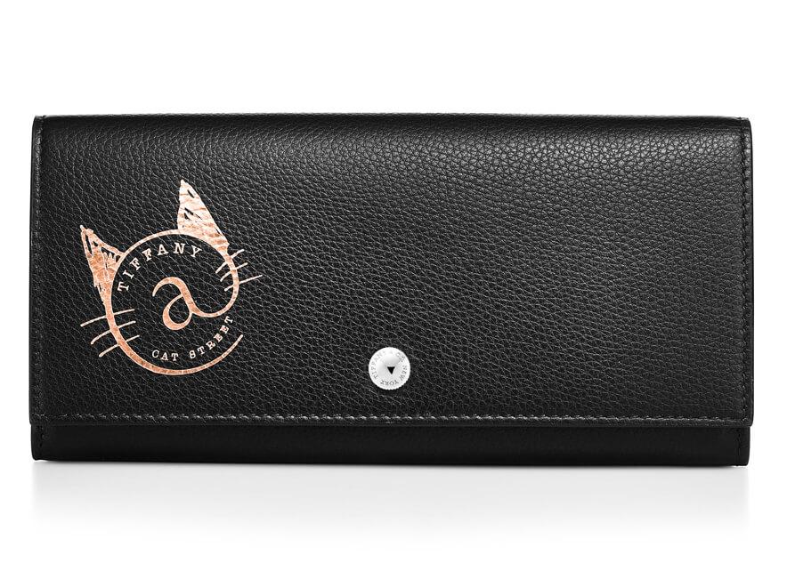 猫のロゴがデザインされたブラックレザーの「コンチネンタル フラップ ウォレット」 by ティファニー