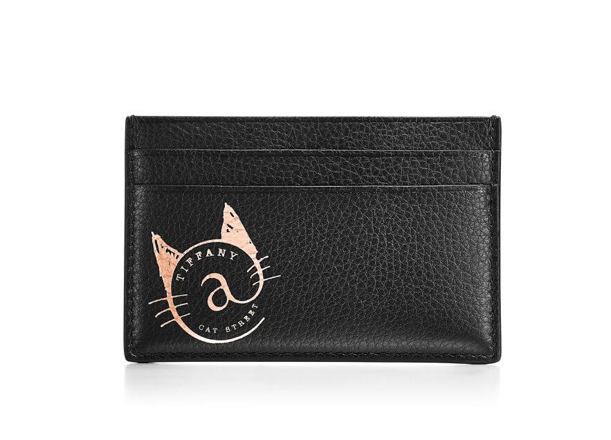 猫のロゴがデザインされたブラックレザーの「カードケース」 by ティファニー