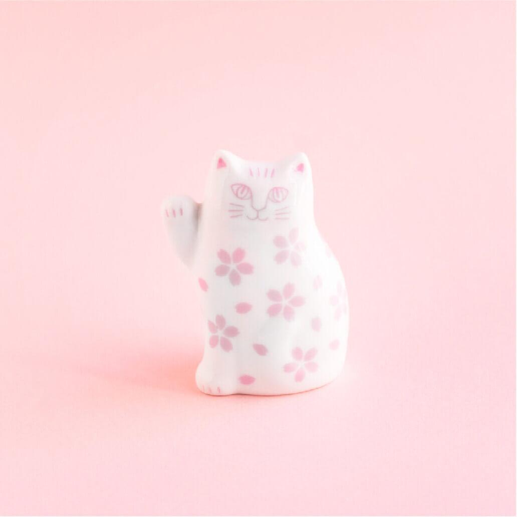 桜をモチーフにしたデザインの波佐見焼で作られた「招き猫」 by リサ・ラーソン