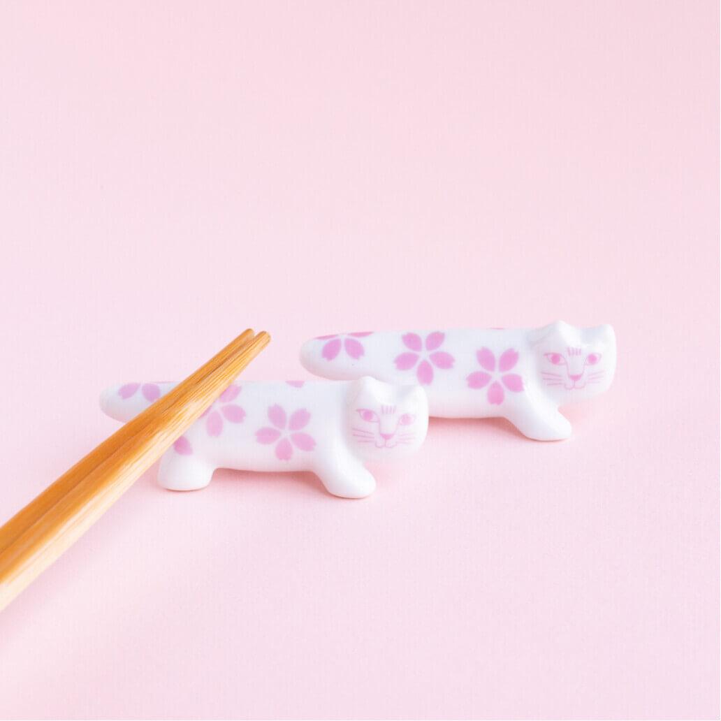 猫のマイキーと桜をモチーフにしたデザインの波佐見焼で作られた「箸置き」 by リサ・ラーソン