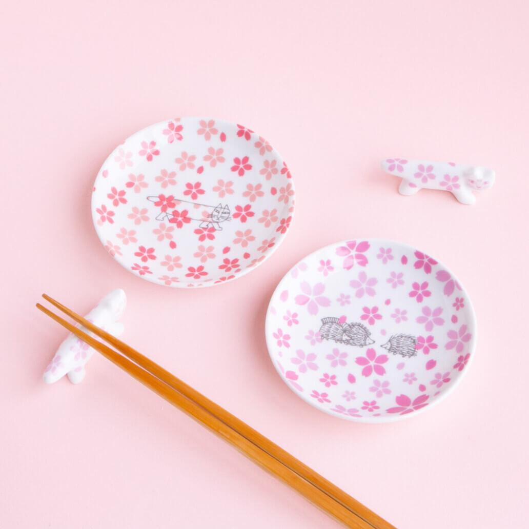 猫のマイキーと桜をモチーフにしたデザインの波佐見焼で作られた「豆皿」 by リサ・ラーソン