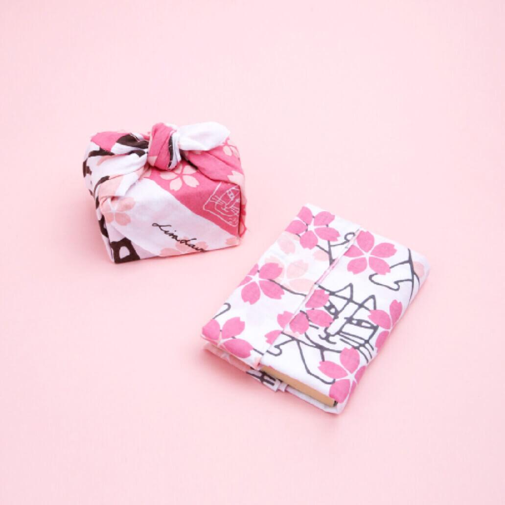 猫のマイキーと桜をモチーフにしたデザインの波佐見焼で作られた「捺染てぬぐい」 by リサ・ラーソン