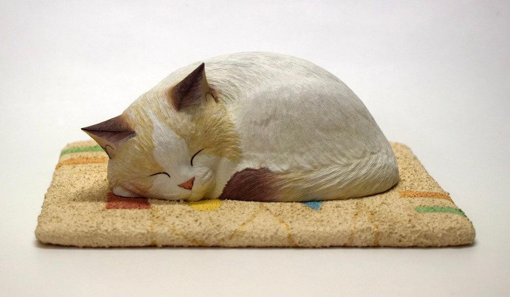 マットの上に丸まって眠る猫の木彫作品「Love マット・ホワイト」 by 西誠人