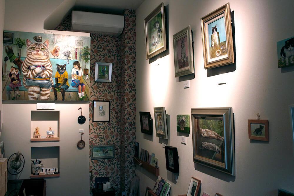 愛猫を擬人化したアクリル絵画をオーダーメイドで描いてもらえるお店「3軒のねこと庭」店内イメージ