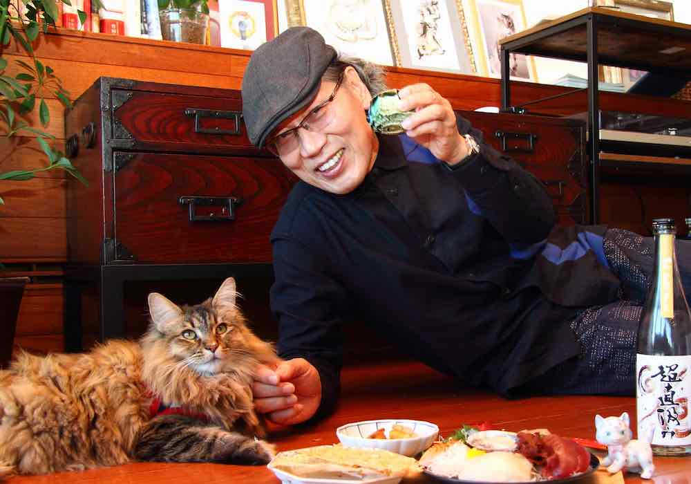 猫を愛でながら酒を呑む吉田類さんの写真 by 日刊ニャンダイ