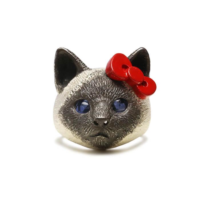 ハローキティの赤リボンを着けたシャム猫モチーフの指輪「HELLO KITTY × ジャム猫 FACE RING」製品イメージ