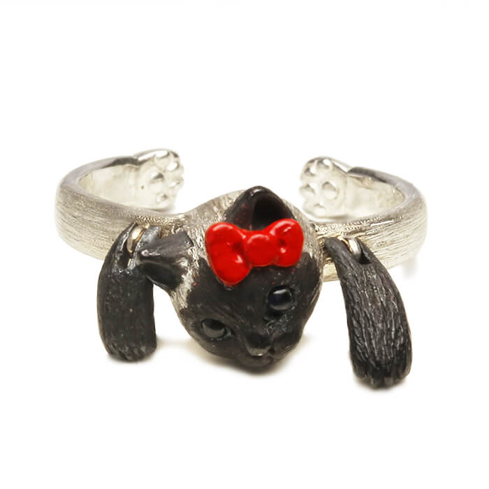 ハローキティの赤リボンを着けた前足が可動するシャム猫モチーフの指輪「HELLO KITTY × ジャム猫 RING」製品イメージ