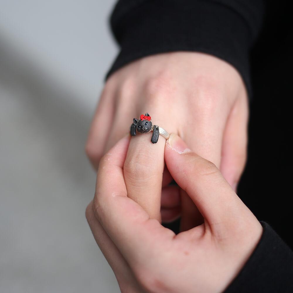 ハローキティの赤リボンを着けた前足が可動するシャム猫モチーフの指輪「HELLO KITTY × ジャム猫 RING」装着イメージ1