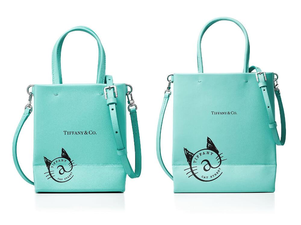 ティファニーブルーのレザーに猫ロゴマークが入ったショッピングバッグ by ティファニー