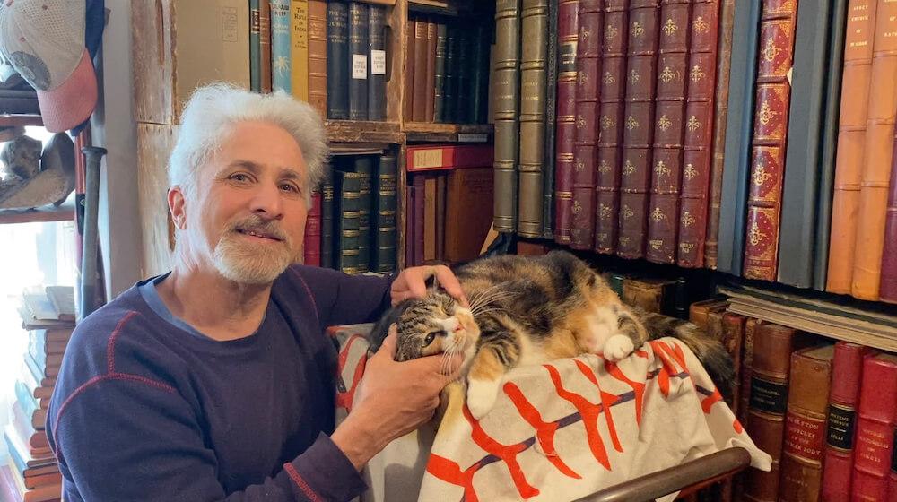 作中に登場するブックセラーのデイヴ・バーグマンと猫 by 映画『ブックセラーズ』