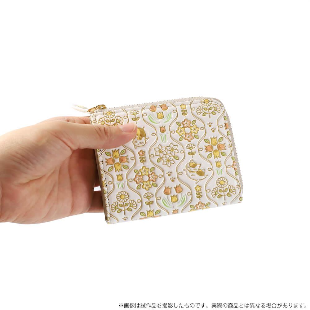 ニャンコ先生デザインのミニ財布を手に持ったイメージ by 革製品メーカーの「浅草文庫」