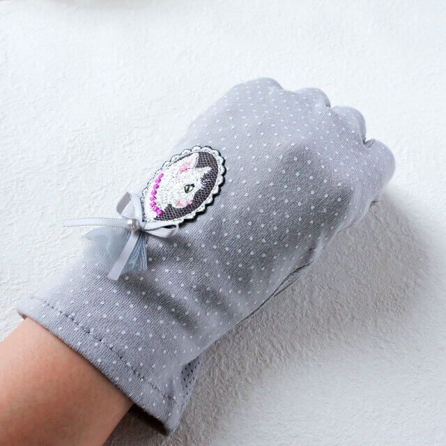「白猫の貴婦人の手袋」の装着イメージ