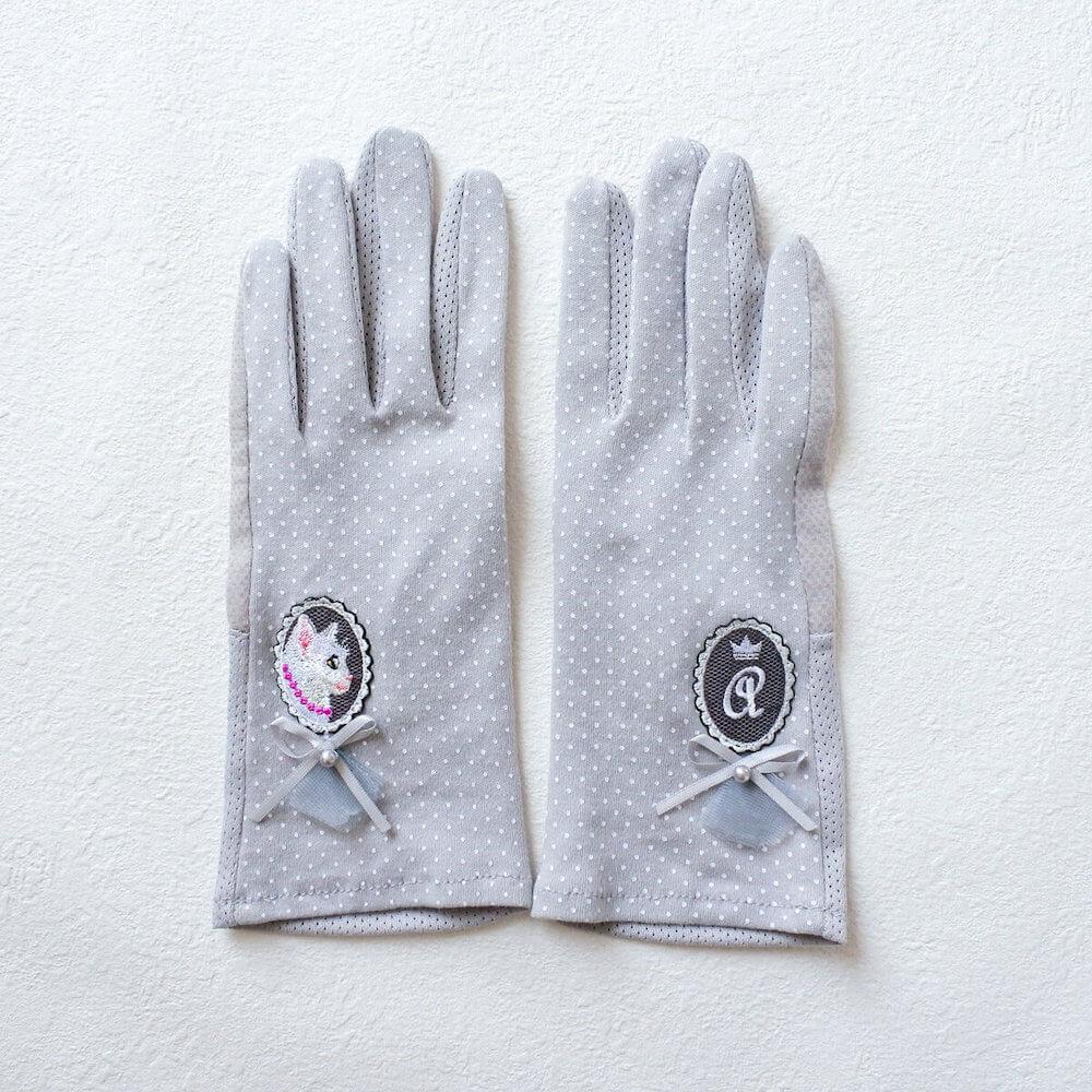 白猫が刺繍された日焼け対策手袋「白猫の貴婦人の手袋」両手イメージ by コイトネコ
