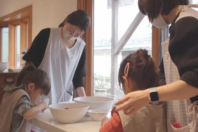 坂本美雨&前田ひさえ親子がジャムづくりをする様子 by フェアリーケーキフェア