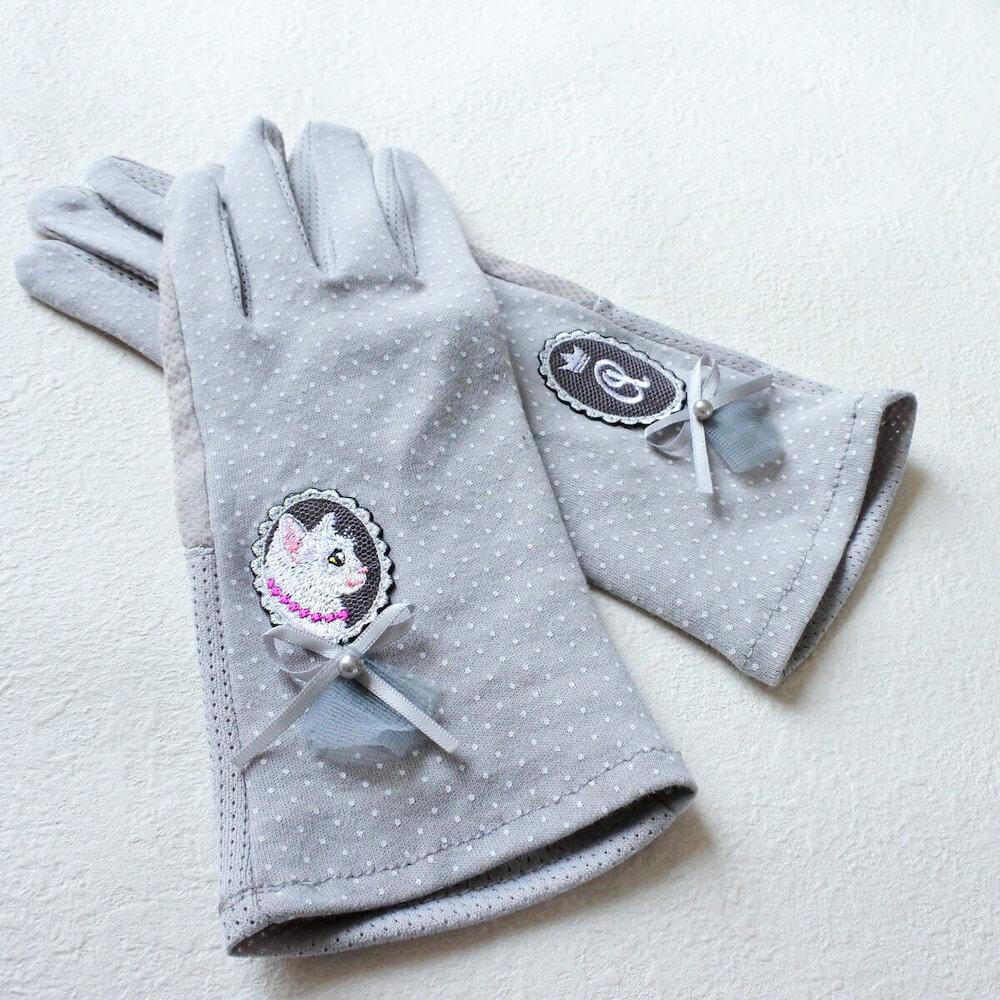 白猫が刺繍された日焼け対策手袋「白猫の貴婦人の手袋」 by コイトネコ