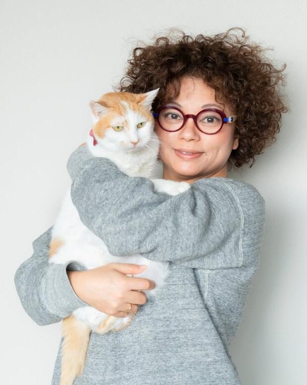 愛猫のイオちゃんを抱っこするミュージシャンの猫沢エミさん