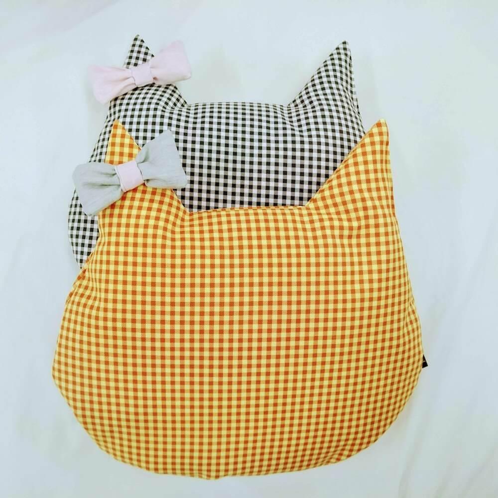猫用の羽毛座布団「猫のしあわせ座布団」にオプションのリボンを装着したイメージ