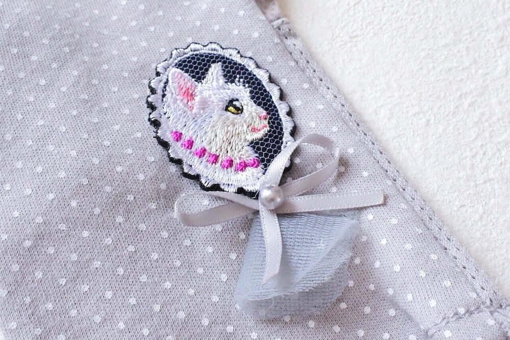白猫の刺繍とリボンが付いた日焼け対策手袋「白猫の貴婦人の手袋」 by コイトネコ