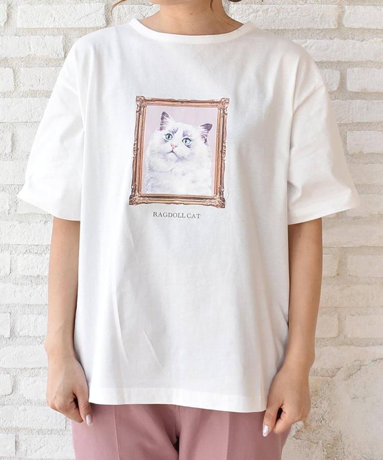 猫の絵画のようなイラストがデザインされたTシャツ by Bleu Bleuet(ブルーブルーエ)