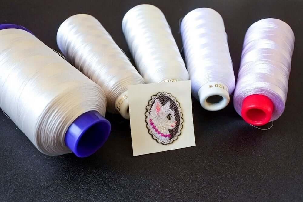 5色の白糸を使って白猫を刺繍した「白猫の貴婦人の手袋」 by コイトネコ