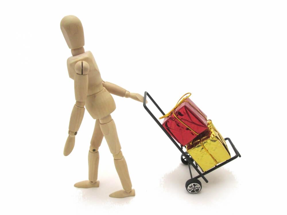 ショッピングカートを引いて歩くイメージ写真