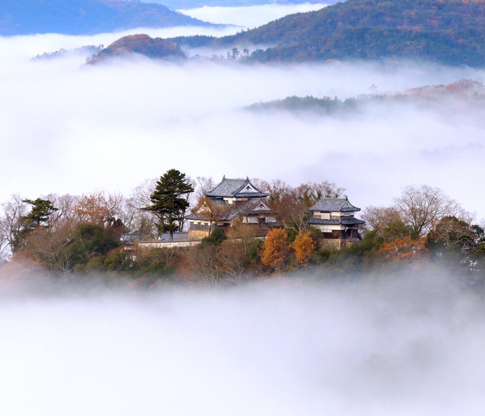 雲海に浮かぶ天空の山城「備中松山城」外観イメージ