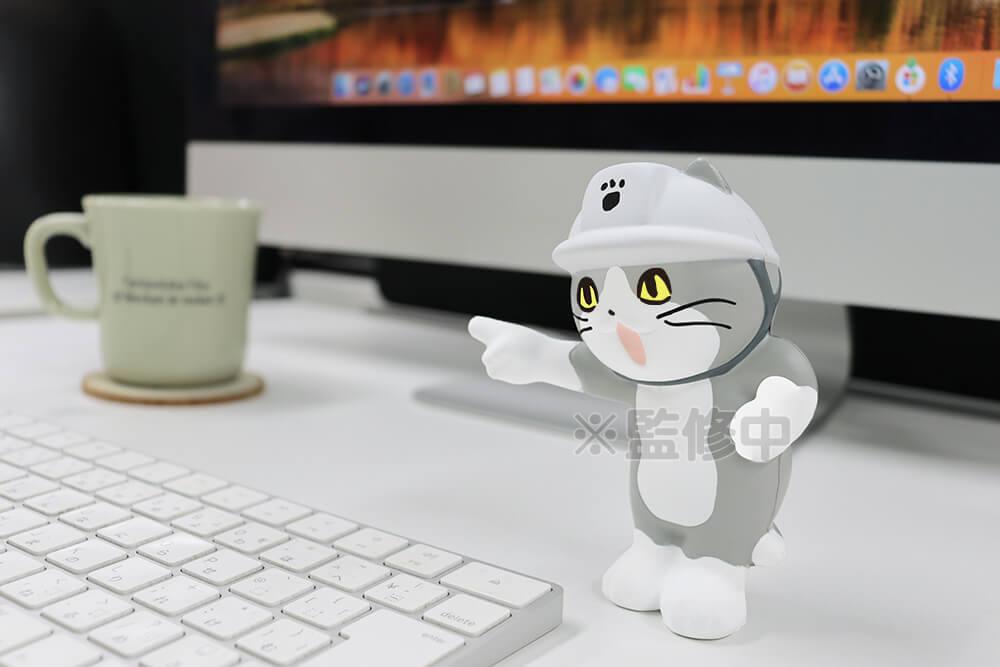 仕事猫のスクイーズフィギュアをデスクに飾るイメージ