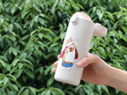 ぢゅのが描く人気の猫イラストが夏グッズになって登場!ブルーブルーエの全国180店舗で発売