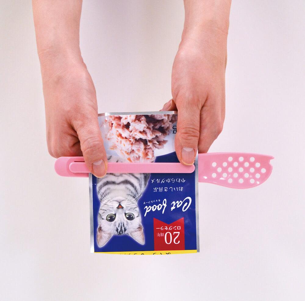 柄の部分でパウチタイプのキャットフードや猫用オヤツの中身を絞り出せる「猫缶スプーン」