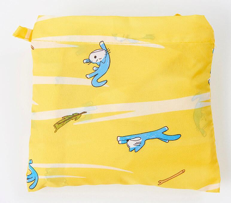 「11ぴきのねこ」のレインエコバッグを折り畳んだイメージ