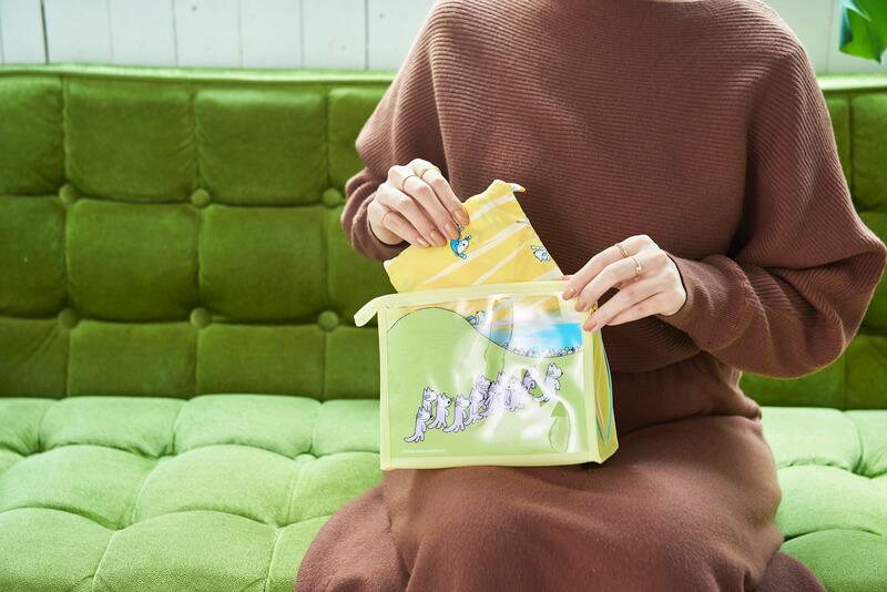 「11ぴきのねこ」のポーチにレインエコバッグを収納するイメージ