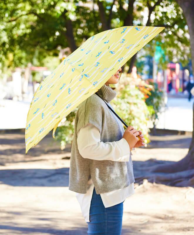 「11ぴきのねこ」のイラストがデザインされた折り畳み傘(使用イメージ)