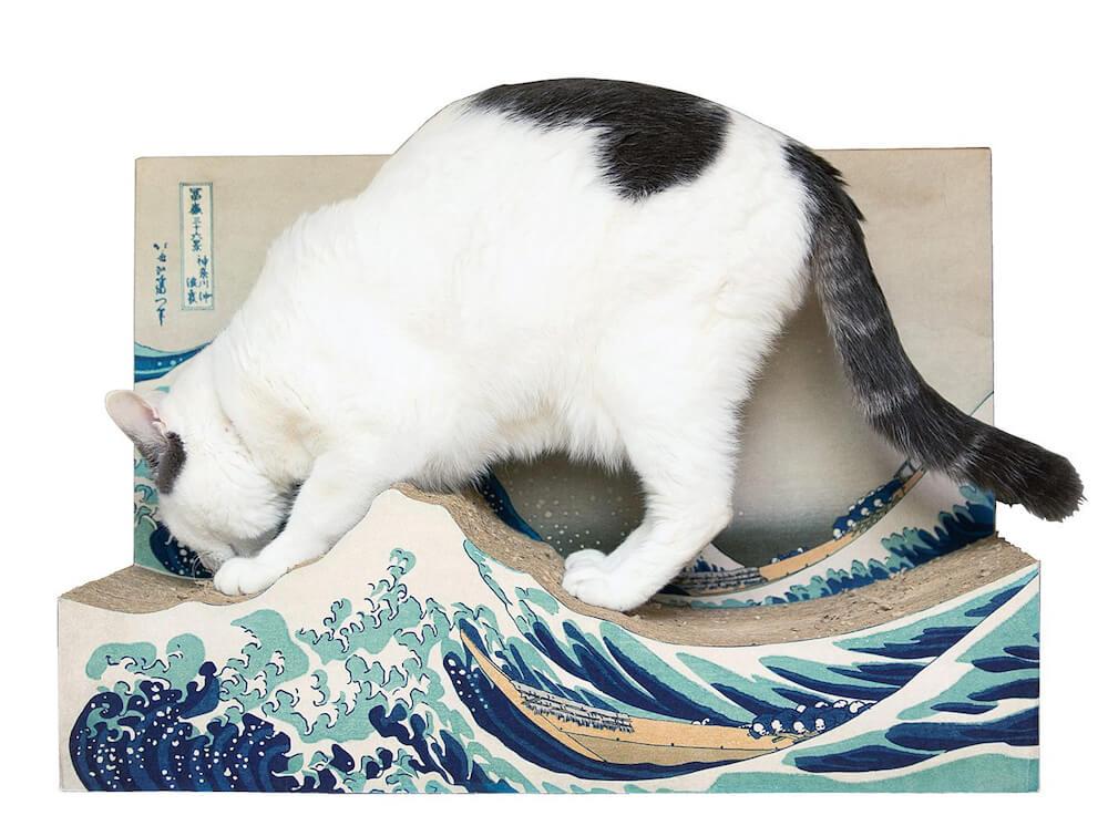 葛飾北斎の浮世絵「冨嶽三十六景 神奈川沖浪裏」をモチーフにした爪とぎで爪を研ぐ猫